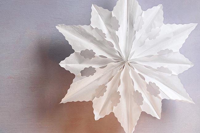 Weihnachtsdeko aus Papier - bastele eine Eisblume!